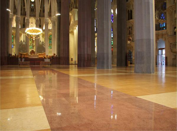A Sagrada Família parafa padlóburkolata