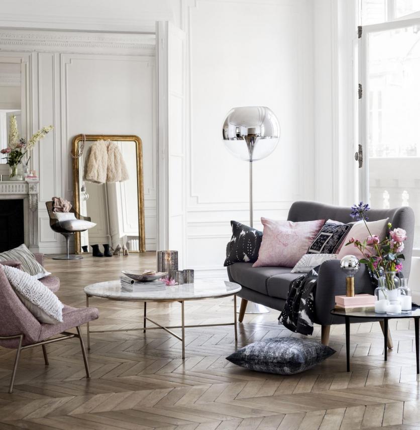 A hófehér falak mellett hangsúlyos szerepet kapnak a pasztell színű  kiegészítők. A glamúr elengedhetetlen eleme az embernagyságú tükör a falnak  támasztva. 852ee9bf53