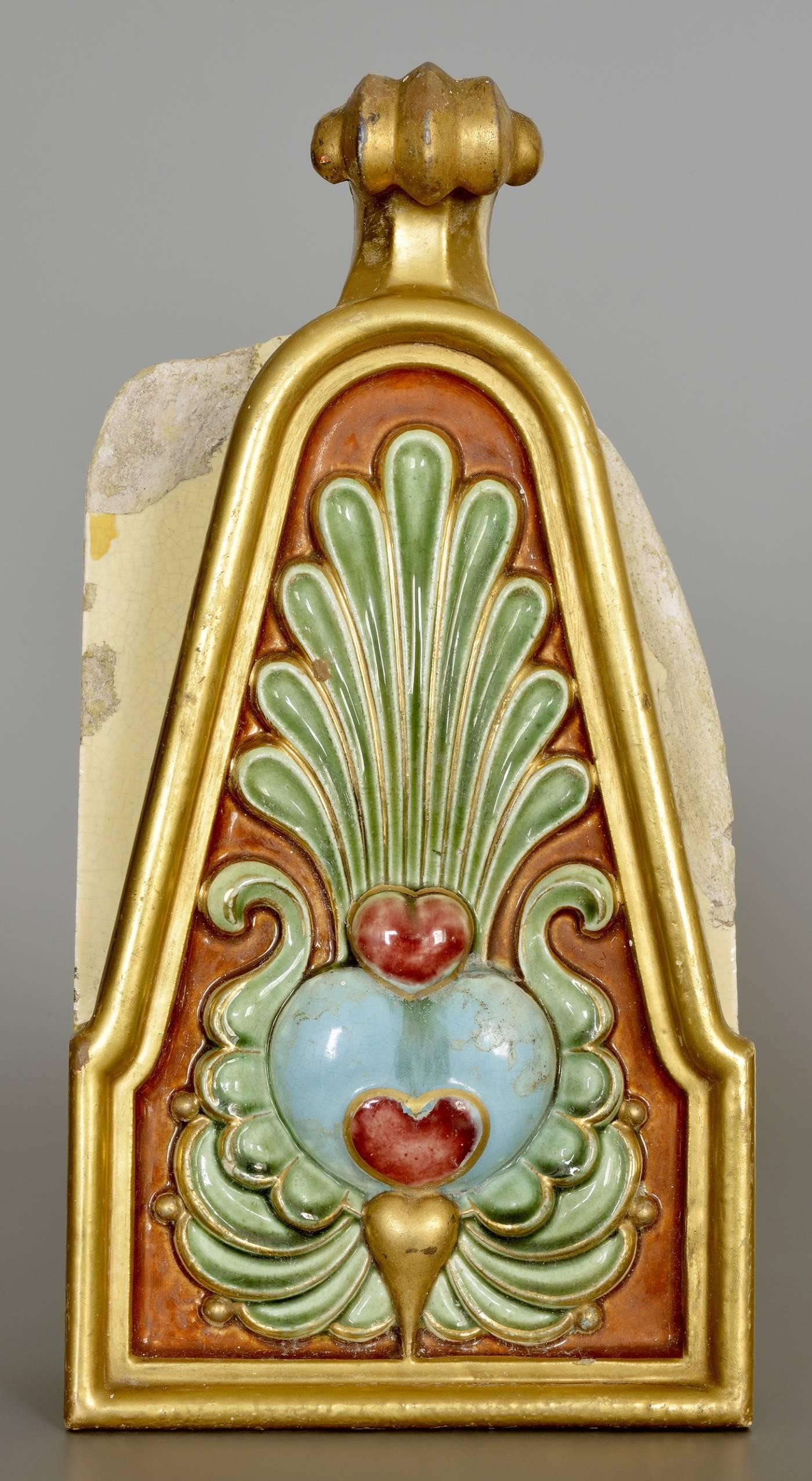 A Szent István-terem kandallókürtőjének eredeti csempéje