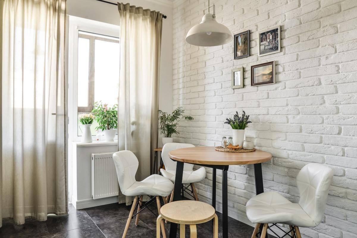 fehér szék, téglafal, étkező. faasztal
