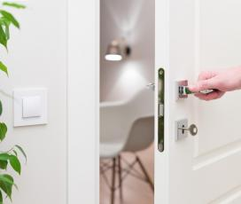 fehér ajtó, kilincs, rozetta, műanyag szék