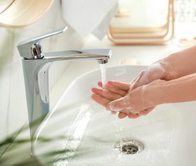 mosdó, fehér szaniter, kézmosás