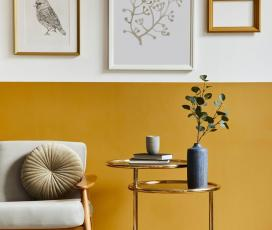 sárga fehér fal, kisasztal